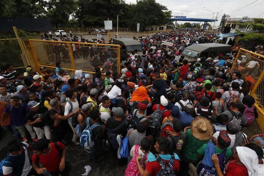 Migrantes hondureños llegan a la frontera con México hoy, viernes 19 de octubre de 2018, en Tecún Umán, San Marcos (Guatemala). EFE