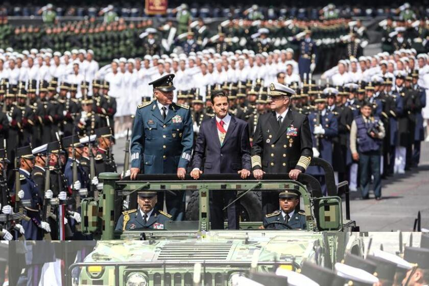 El ministro mexicano de Defensa, Salvador Cienfuegos, dijo hoy estar dispuesto a que las tropas del Ejército vuelvan a los cuarteles y dejen de combatir en las calles la delincuencia organizada, una labor que comenzaron a finales de 2006. EFE/Archivo