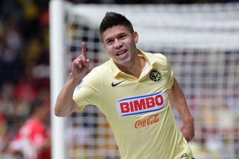 El jugador de América Oribe Peralta festeja una anotación ante Toluca.