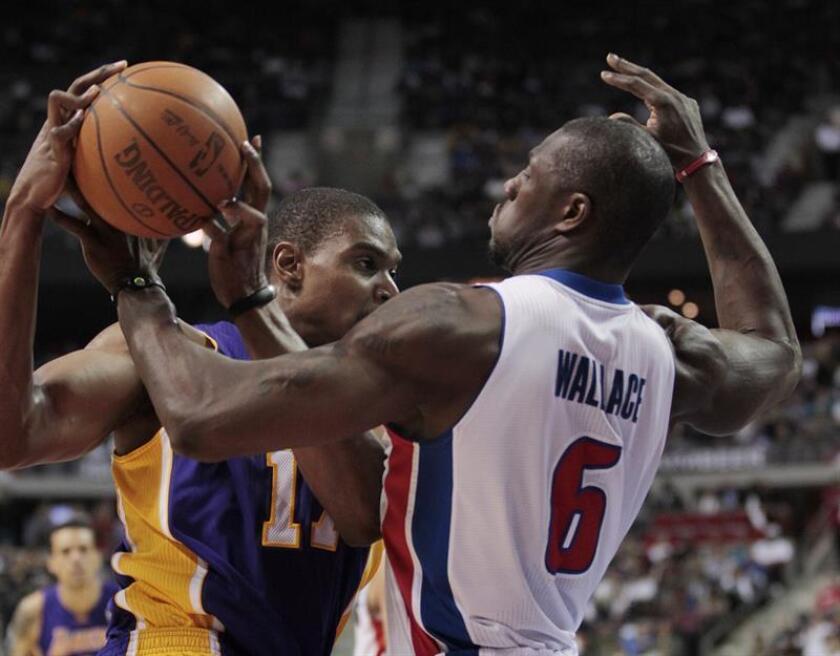Imagen de 2012 de Andrew Bynum (i), de Los Angeles Lakers, en acción ante la defensa de Ben Wallace, de los Detroit Pistons, durante un partido de la NBA. EFE. Archivo