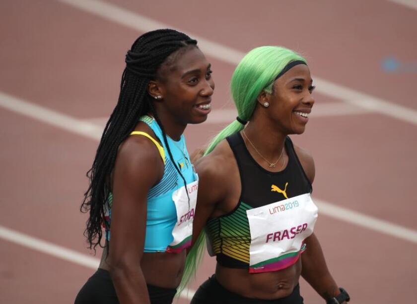 Shelly-Ann Fraser de Jamaica y Tynia Gaither de Bahamas ganan las medallas de oro y bronce, respectivamente, en 200m femenino, este viernes durante los Juegos Panamericanos Lima 2019, en Lima (Perú). EFE/Orlando Barría