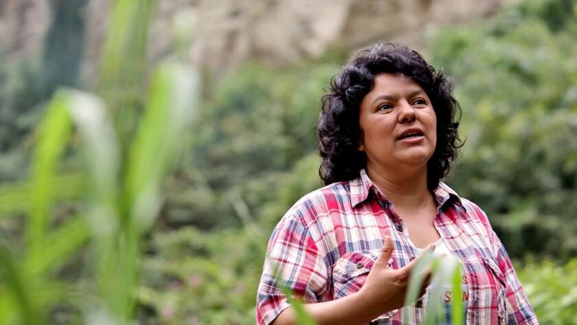 La justicia hondureña ratificó hoy el auto de formal procesamiento y la prisión preventiva impuesta en mayo a cinco presuntos implicados en el asesinato, el 3 de marzo, de la defensora de derechos humanos y ambientalista Berta Cáceres.