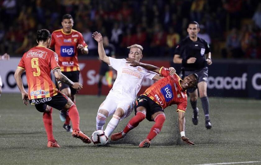 El jugador Esequiel Barco (c) de Atlanta Unite disputa el balón con Luis Díaz (d) y Omar Arellano (i) del Herediano este jueves durante un partido de la Liga de Campeones de la CONCACAF entre Atlanta Unite y Herediano, en San José (Costa Rica). EFE