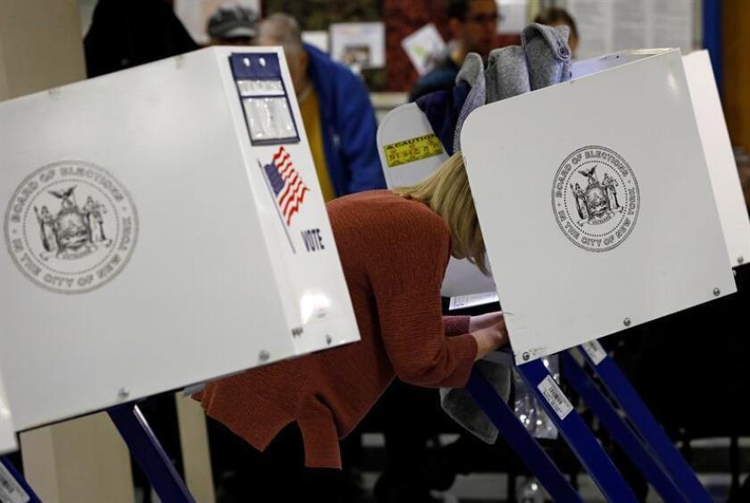 Estadounidenses asisten a votar en un colegio electoral de Manhattan, en Nueva York (Estados Unidos). EFE/Archivo