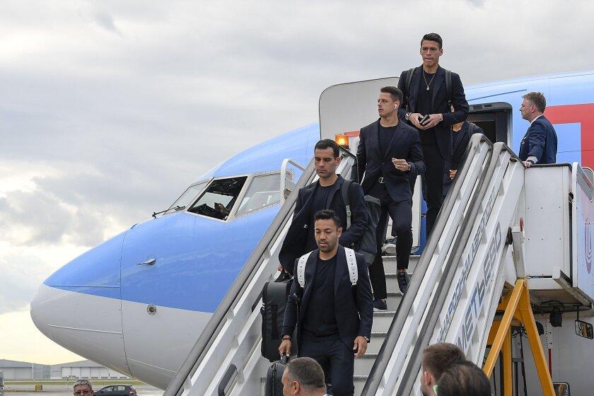 El seleccionado mexicano en su llegada a Moscú.