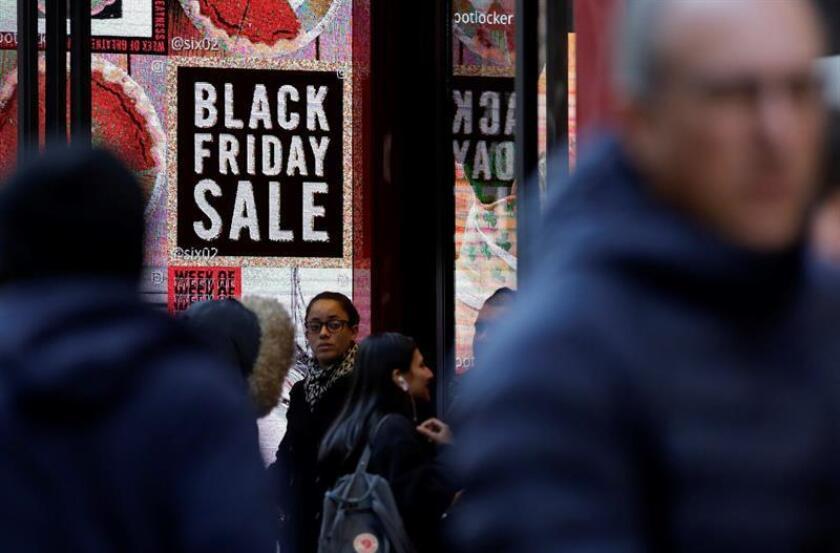 """Probablemente no haya dos pavos asados iguales en el Día de Acción de Gracias, pero el mismo postre aguarda para unos 164 millones estadounidenses: la primera sesión de rebajas del """"Black Friday"""", que se adelanta hoy en los principales comercios del país hasta la medianoche. EFE/Archivo"""