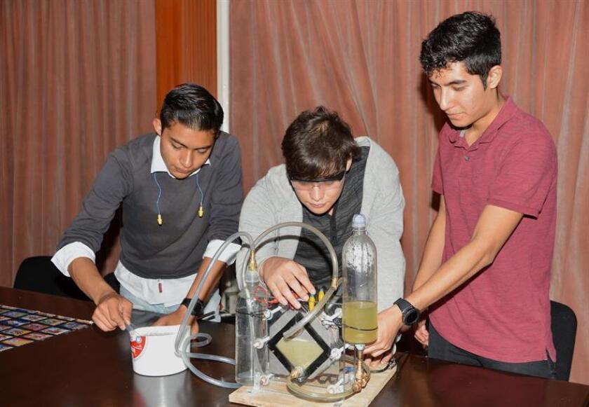 Fotografía cedida por el Instituto Politécnico Nacional (IPN) hoy, que muestra a estudiantes mientras explican un experimento en Ciudad de México (México). EFE/Cortesía IPN/SOLO USO EDITORIAL