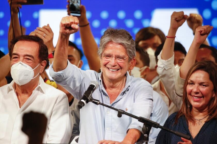 Guillermo Lasso, candidato presidencial del movimiento CREO, celebra tras una segunda vuelta de las elecciones presidenciales en la sede de su campaña en Guayaquil, Ecuador, el domingo 11 de abril de 2021. Con la mayoría de los votos contados, Lasso, un exbanquero, tenía ventaja sobre el economista Andrés Arauz, protegido del expresidente Rafael Correa. (AP Foto/Angel Dejesus)