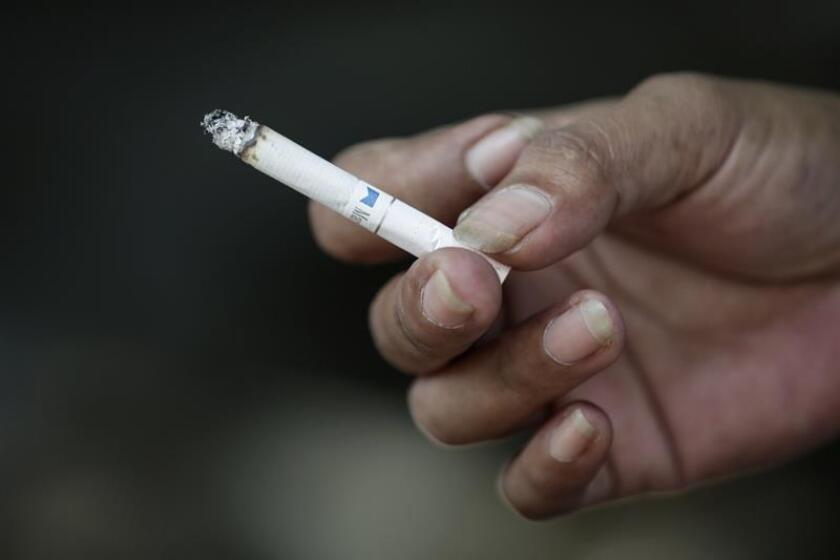 Vista de una persona con un cigarrillo. EFE/Archivo