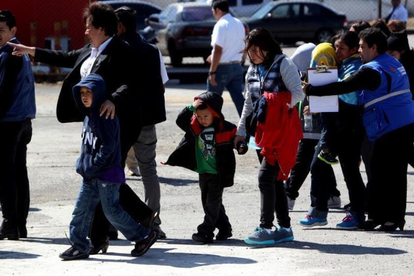 Catorce personas, cuatro madres y 10 niños deportados de Estados Unidos hacia Guatemala. EFE/Archivo