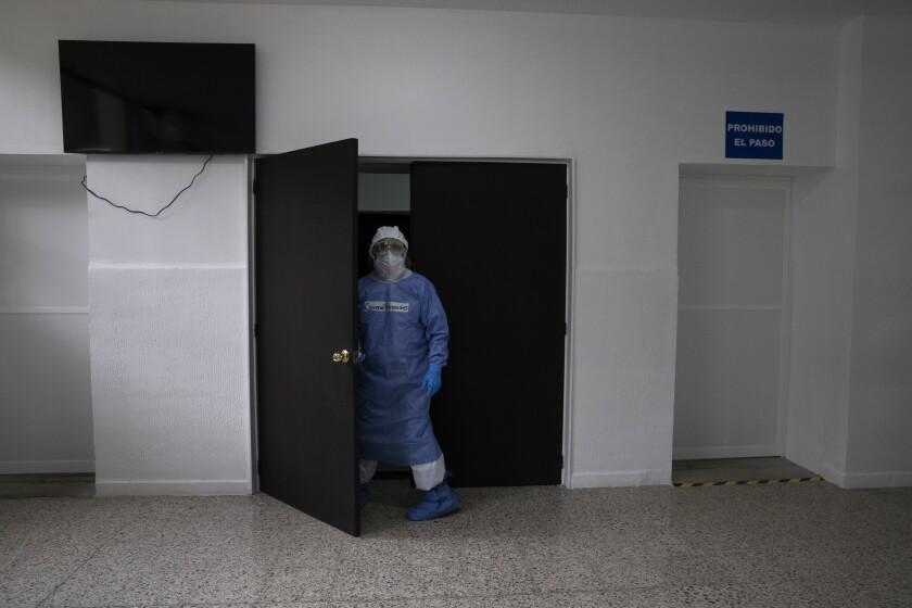 Vestido con equipo de protección personal para frenar la propagación del coronavirus,
