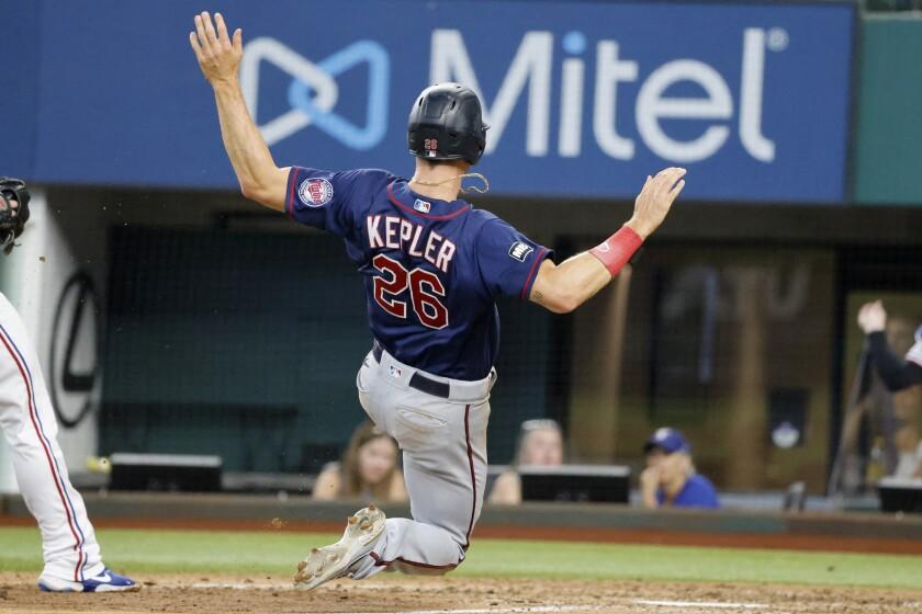 Max Kepler de los Mellizos de Minnesota anota contra los Rangers de Texas en la séptima entrada del juego de las Grandes Ligas, el sábado 19 de junio de 2021, en Arlington, Texas. (AP Foto/Michael Ainsworth)