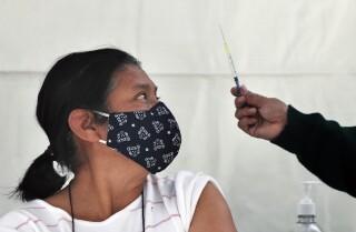 Una dona es prepara per rebre una injecció de la vacuna AstraZeneca per al COVID-19 a la Ciutat de Mèxic el dilluns 15 de febrer de 2021. El mecanisme COVAX, creat per les Nacions Unides i diverses organitzacions internacionals per garantir una immunització equitativa per al COVID-19 a tot el món, va dir el dimarts 2 de març de 2021 que més de 26 milions de dosis arribaran abans de caps de maig a Llatinoamèrica i el Carib. (AP Fotografia / Marc Ugarte)