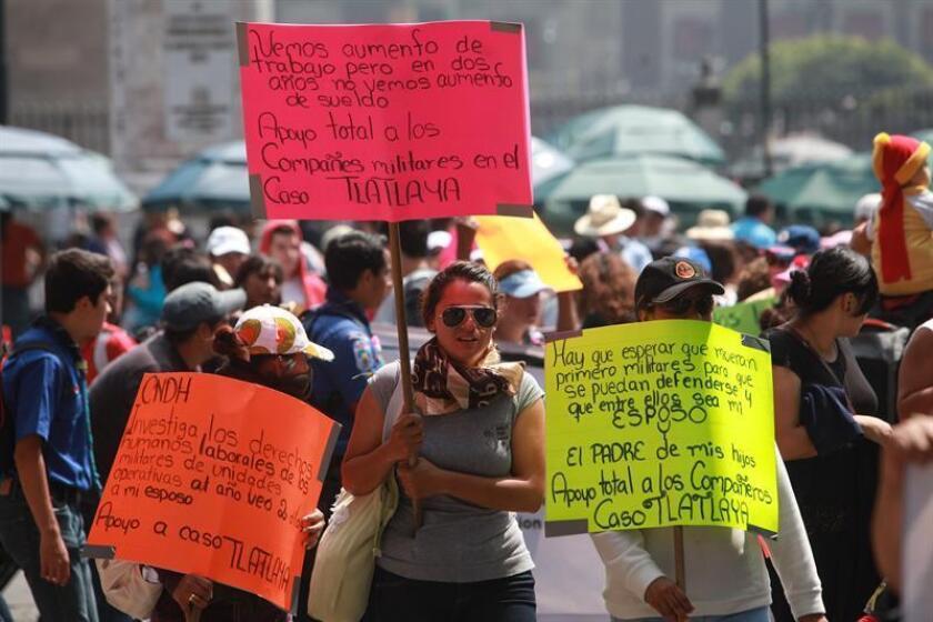 Manifestantes, algunos de ellos encapuchados, protestaron contra el arresto de ocho militares por la muerte de 22 civiles el 30 de junio de este año, en el municipio de Tlatlaya, en el Estado de México. EFE/Archivo