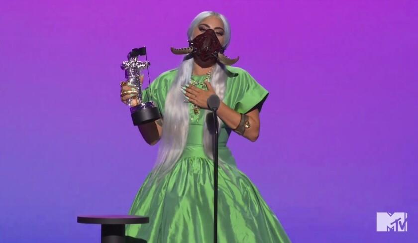 """Lady Gaga recibe el premio a la canción del año por """"Rain on Me"""" durante la ceremonia de los Premios MTV"""