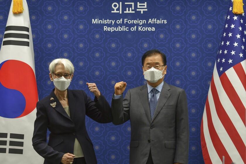 La vicesecretaria de Estado de Estados Unidos, Wendy Sherman, choca el codo con el ministro surcoreano de Exteriores, Chung Eui-yong, antes de su reunión en el Ministerio de Exteriores en Seúl, Corea del Sur, el jueves 22 de julio de 2021. Estados Unidos, Japón y Corea del Sur reafirmaron su compromiso de trabajar juntos en la desnuclearización de Corea del Norte y otras amenazas regionales, aunque no lograron avances en acercar posiciones entre los dos aliados de Estados Unidos. (Song Kyung-seok/Pool Photo via AP)