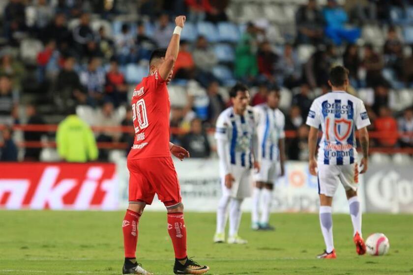 Fernando Uribe (i) de Toluca festeja su gol. EFE/Archivo