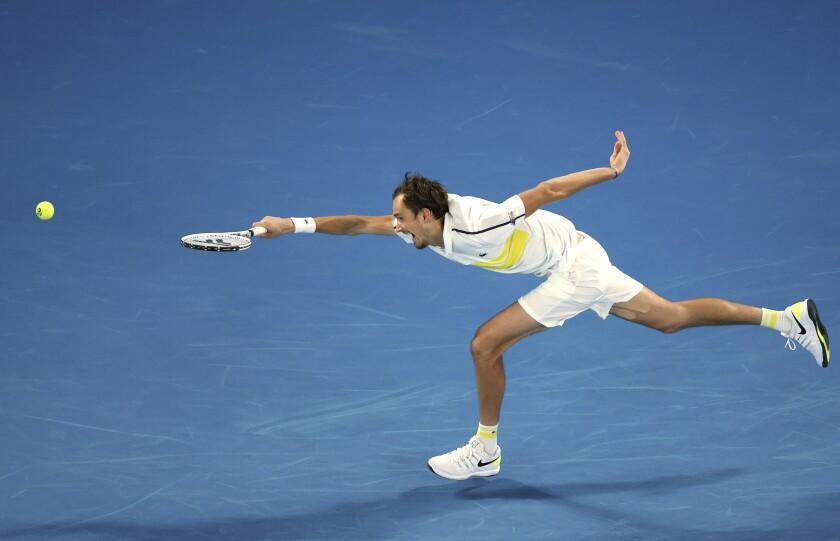 Daniil Medvedev no puede alcanzar una derecha de Novak Djokovic durante la final