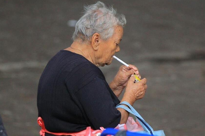 Los principales factores de riesgo de esta enfermedad son el tabaquismo, la exposición al humo de leña y el envejecimiento poblacional. EFE/Archivo