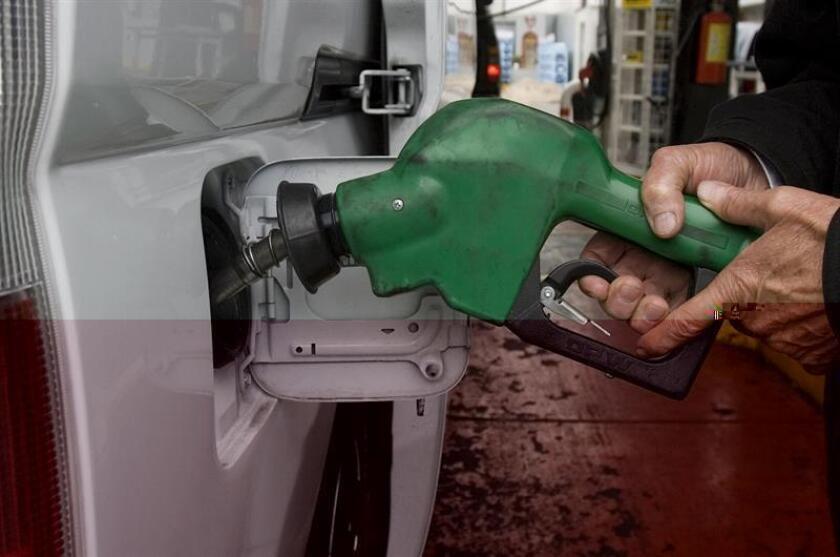 Un empleado de una estación de gasolina despacha el producto en Ciudad de México. EFE/Archivo