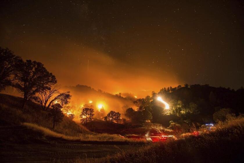 Al menos tres personas murieron hoy en un incendio provocado que ya ha quemado más de 6.000 hectáreas en el estado de Tennessee y provocado daños en unas 250 viviendas. EFE/Archivo
