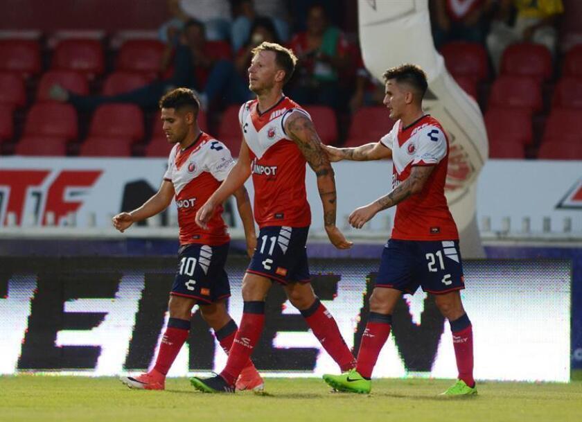 El jugador de Veracruz Cristian Menéndez (c) después de anotar ante Querétaro, el sábado 19 de agosto de 2017. EFE/Archivo