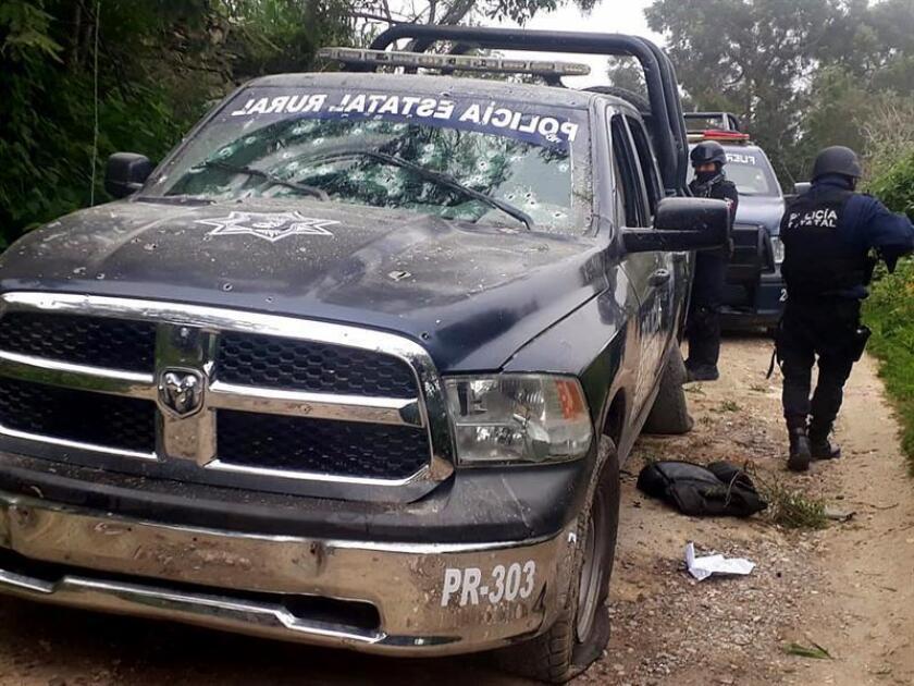 Vista de los restos de un vehículo de la Policía Estatal Rural tras ser atacado hoy, miércoles 5 de septiembre de 2018, en Xoxhipala, Guerrero (México). EFE/Archivo