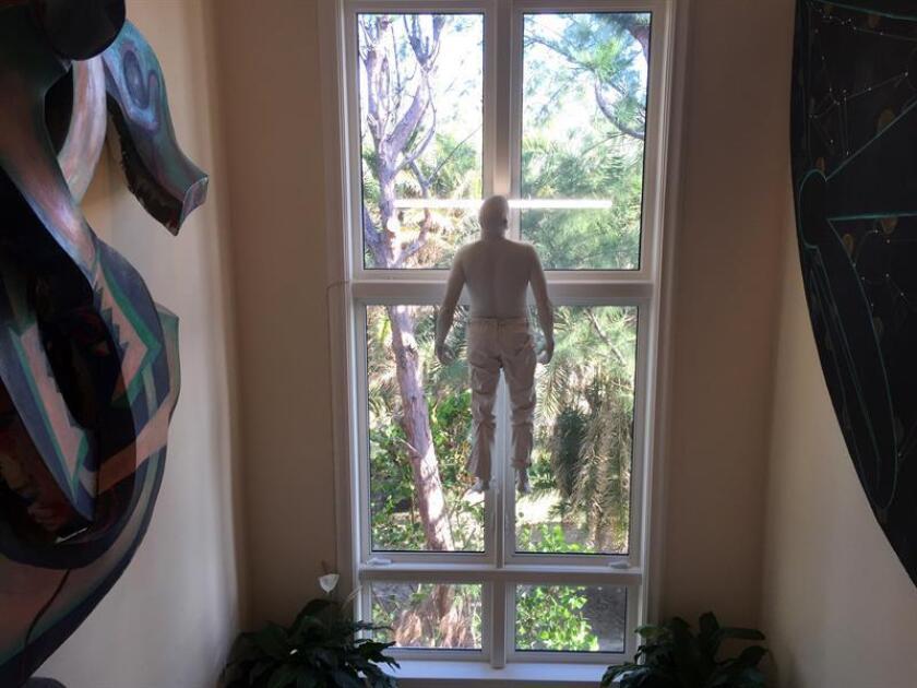 La obra sin título del artista Bernardi Roig (2015), expuesta en la vivienda del empresario inmobiliario y coleccionista de arte Jorge Pérez, fotografiada hoy, 7 de diciembre de 2017, en Miami, Florida (Estados Unidos). EFE