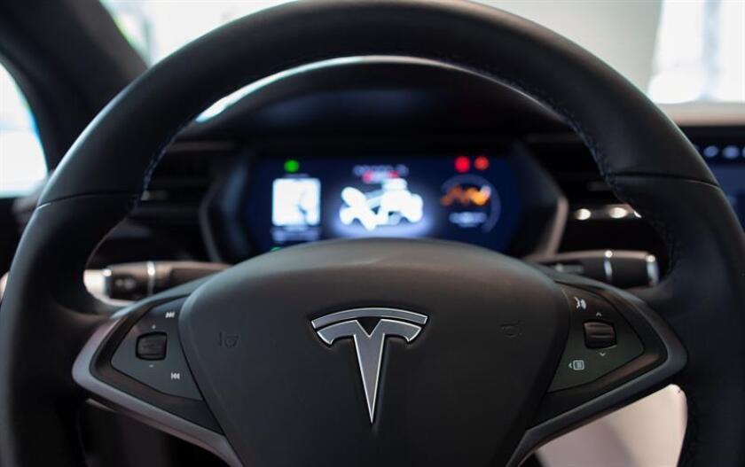 """Una de las compañías que más ha """"vendido"""" la tecnología de vehículos autónomos es el fabricante de automóviles eléctricos de lujo Tesla. EFE/Archivo"""