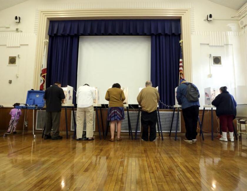 Vista de unas personas en un colegio electoral instalado en el barrio Lincoln Heights en Los Ángeles, California, durante las pasadas elecciones de 2016. EFE/Paul Buck/Archivo