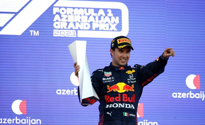 Sergio Pérez de Red Bull celebra en el podio su victoria en Gran Premio de Azerbaiyán, el domingo 6 de junio de 2021, en Bakú. (Maxim Shemetov, Pool via AP)