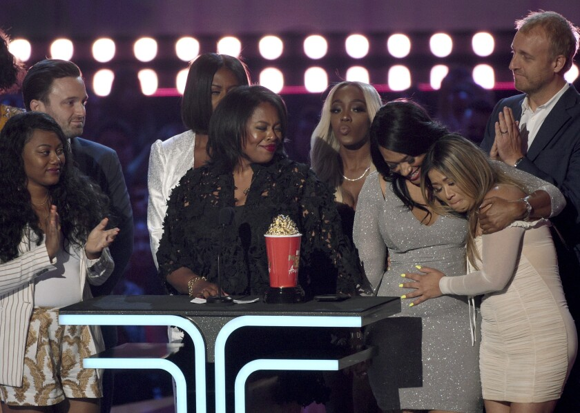 """Participantes y realizadores de """"Surviving R. Kelly"""" reciben el premio al mejor documenta"""