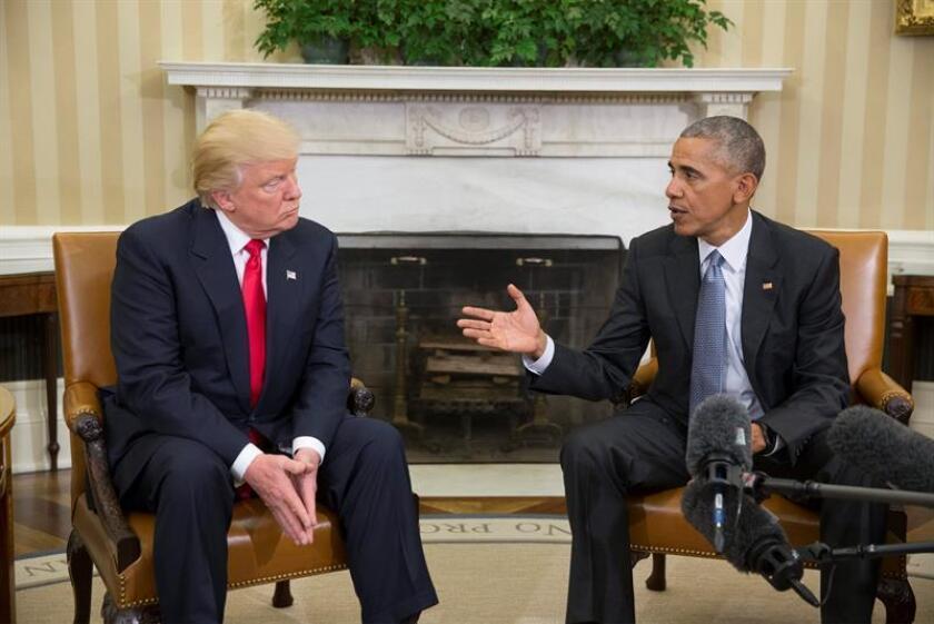 El presidente de los Estados Unidos, Barack Obama (d), y el presidente electo Donald Trump (i) hablan a los medios durante su encuentro en el despacho oval en la Casa Blanca, en Washington, DC. EFE/Archivo