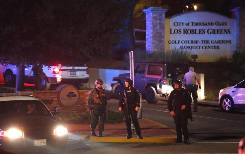 Miembros de la policía aseguran la carretera del lugar del tiroteo, que ha causado al menos 11 heridos, en el Borderline Bar and Grill en la localidad de Thousand Oaks, California, Estados Unidos, hoy 8 de noviembre de 2018. EFE
