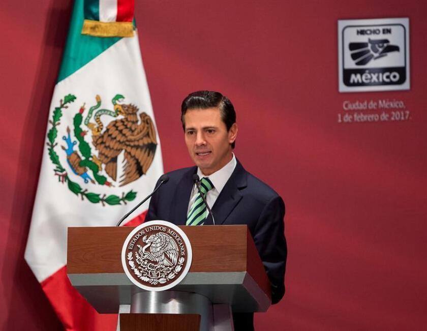 """Fotografía cedida por la Presidencia de México del presidente mexicano, Enrique Peña Nieto, durante el lanzamiento de una campaña denominada """"Hecho en México"""", en un acto celebrado hoy, miércoles 1 de febrero de 2017, en Ciudad de México. EFE/Presidencia de México/SÓLO USO EDITORIAL"""