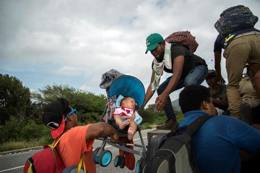 Miembros de la caravana migrante continúan su travesía por el municipio de Juchitan, en el estado de Oaxaca (México). EFE/Archivo