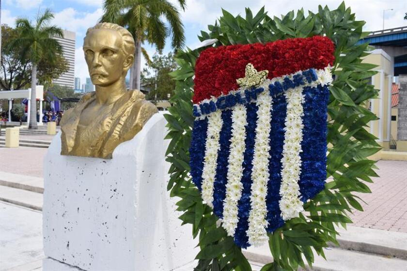 Vista del busto de José Martí durante la celebración del aniversario desu natalicio hoy, viernes 27 de enero 2017, en Miami, Florida. EFE