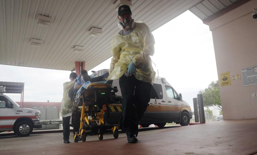 Un hombre llega al Starr County Memorial Hospital, el martes 28 de julio de 2020 en Rio Grande City, Texas.