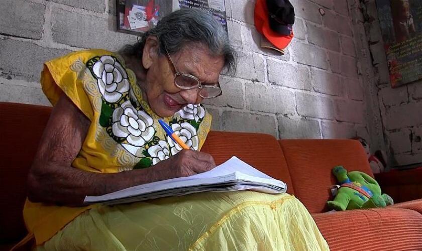 Fotograma extraído de un vídeo fechado el 20 de marzo de 2018, que muestra a la mexicana Lupita Palacios quien escribe en un cuaderno, en su casa en la ciudad de Tuxtla Gutiérrez Chiapas (México). EFE