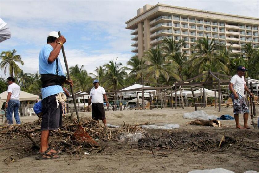 Residentes del puerto de Acapulco realizan tareas de limpieza en la playa. EFE/Archivo
