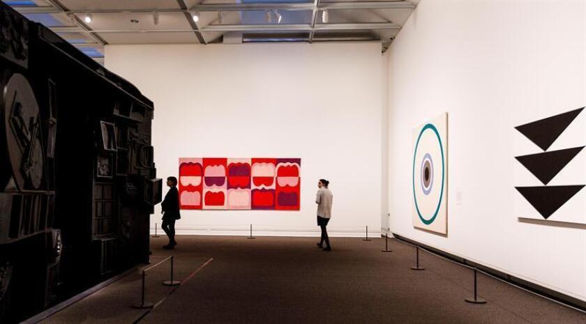 """Personas observan obras que forman parte de la exposición """"Epic Abstraction: Pollock to Herrera"""" inaugurada hoy en el Metropolitan Museum of Art de Nueva York (Met), en Nueva York (EE.UU.). EFE"""