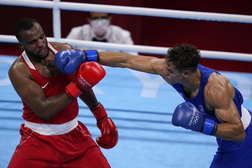 El boxeador neozelandés David Nyika (derecha) da un puñetazo a Youness Baalla, de Marruecos,