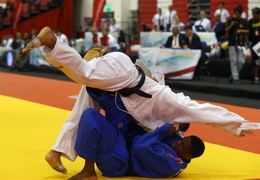Alonso Wong (arriba), judoca peruano. EFE/Archivo
