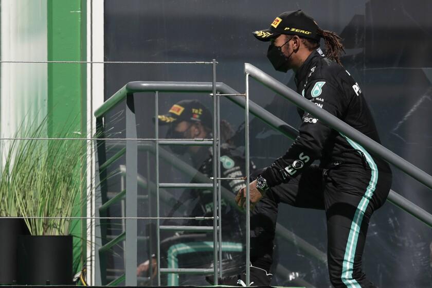 Lewis Hamilton sube al podio tras ganar el Gran Premio de Portugal, el domingo 2 de mayo de 2021