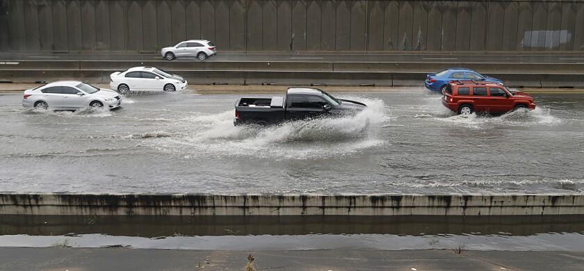 Automovilistas transitan en un tramo inundado de la autopista Interestatal 45 Norte cerca de la calle Cottage, en Houston.