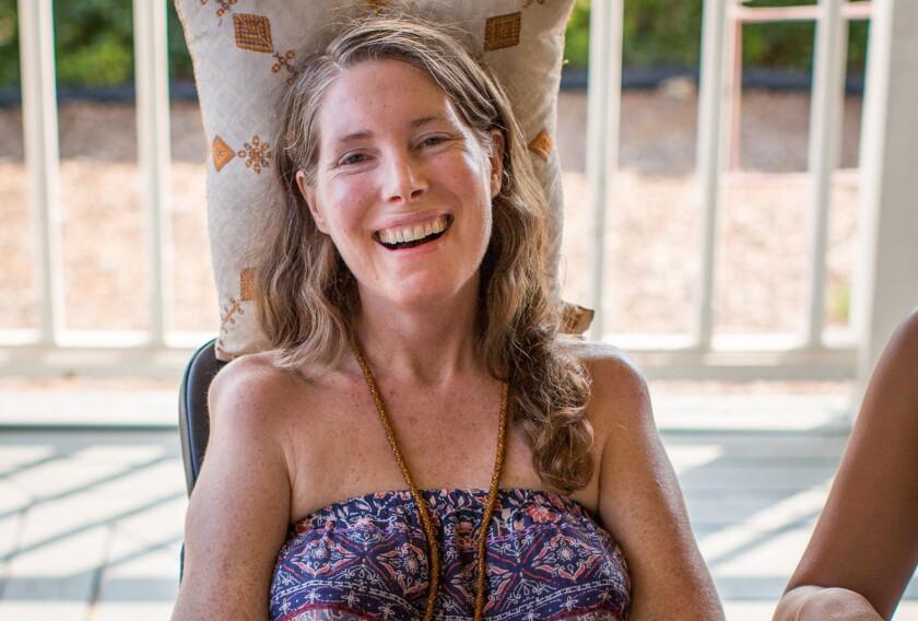 En esta foto del 24 de julio del 2016 proveída por Niels Alpert, Betsy Davis sonríe en una fiesta de despedida con familiares y amigos en Ojai, California. Dabis, que padece de esclerosis lateral amiotrófica, realizó la fiesta para despedirse antes de convertirse en uno de los primeros residentes de California en tomar drogas para eutanasia bajo una nueva ley que establece esa opción para los enfermos terminales. (Niels Alpert via AP)