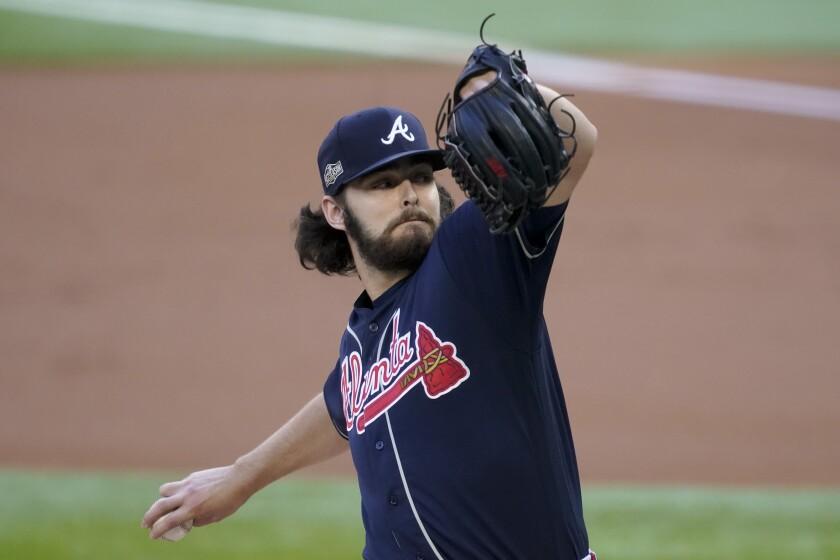 Ian Anderson, abridor de los Bravos de Atlanta, lanza ante los Dodgers de Los Ángeles