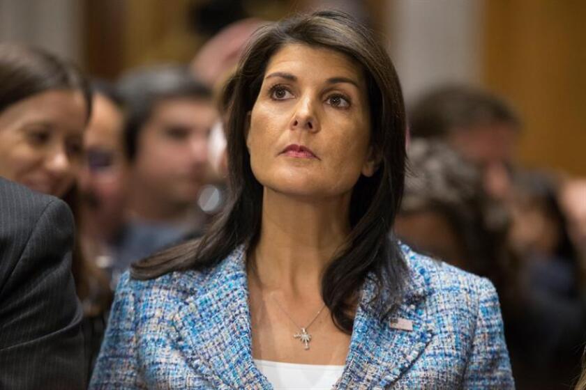 La embajadora ante la ONU Nikki Haley avivó hoy la polémica al decir que no se confundió este domingo al realizar unas declaraciones en las que aseguraba que EE.UU. anunciaría el lunes nuevas sanciones contra Rusia por sus vínculos con el presidente sirio Bachar Al Asad. EFE/EPA/ARCHIVO