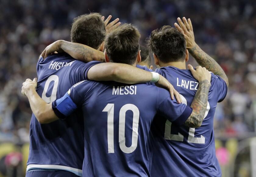 El jugador de Argentina, Gonzalo Higuaín, izquierda, festeja con sus compañeros Lionel Messi, centro, y Ezequiel Lavezzi tras anotar un gol contra Estados Unidos en las semifinales de la Copa América Centenario el martes, 21 de junio de 2016, en Houston.