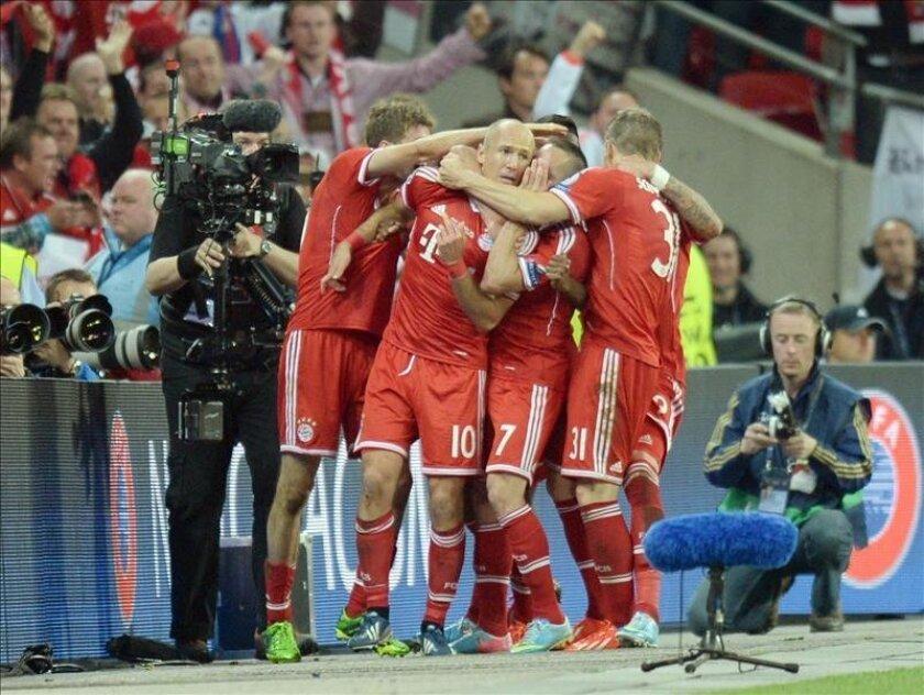 Los jugadores del Bayern Múnich celebran el gol de Arjen Robben (2i) en la final de la Liga de Campeones en Wembley. EFE